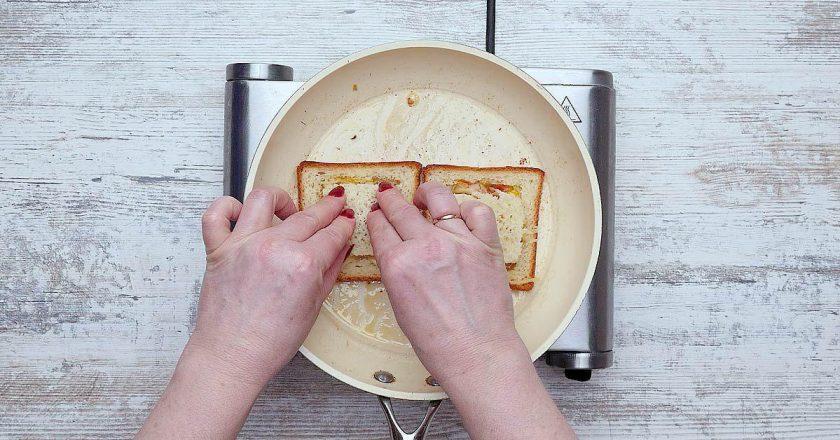 Гарячі бутерброди з сиром на сковороді подивитися рецепт