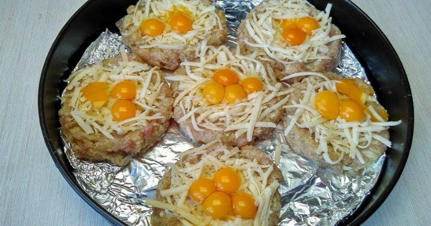 Гнізда з фаршу з перепелиними яйцями подивитися рецепт
