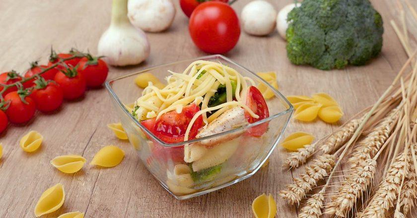 Салат з куркою і макаронами подивитися рецепт