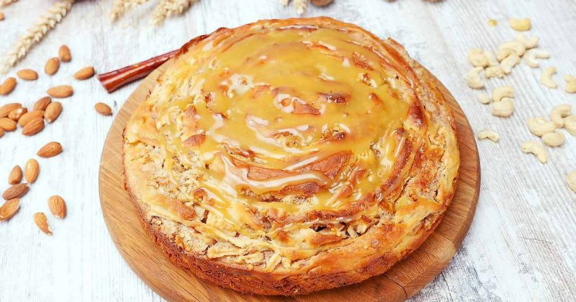 Яблучний пиріг з карамеллю подивитися рецепт