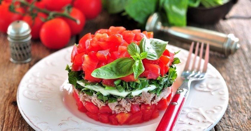 Салат з моцарелою і помідорами подивитися рецепт