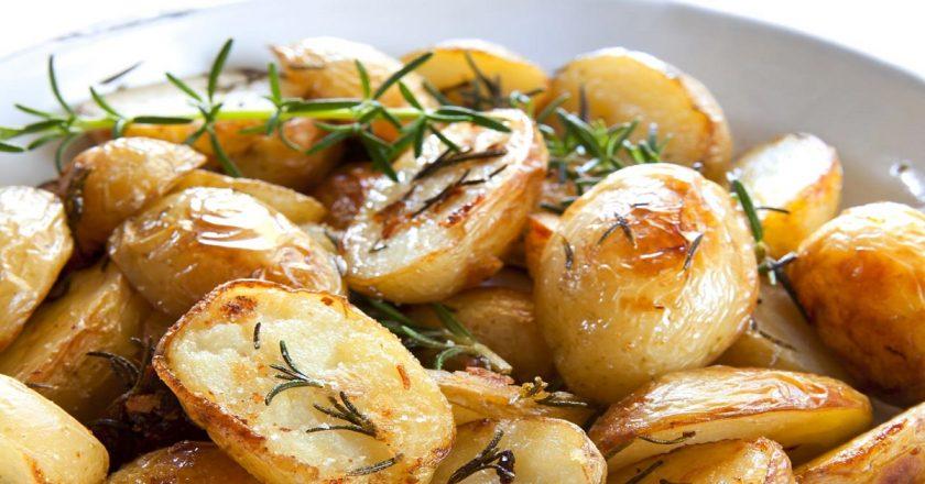 Молода картопля, запечена в духовці подивитися рецепт