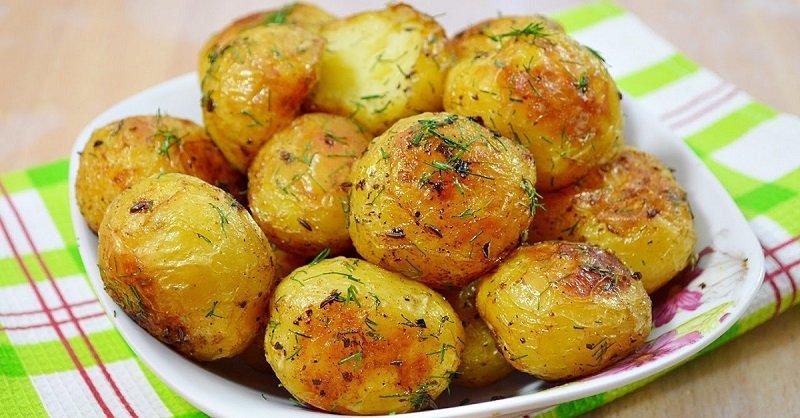 Молода картопля, запечена в духовці