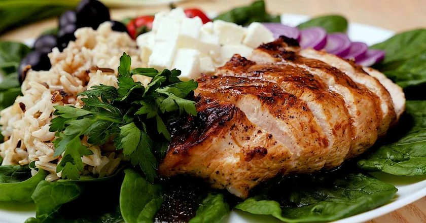 Куряче філе з рисом і овочами