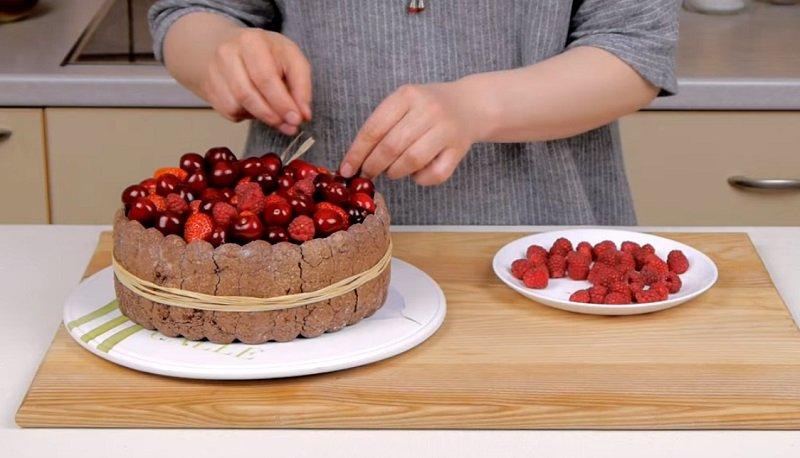 Торт з фруктами і ягодами