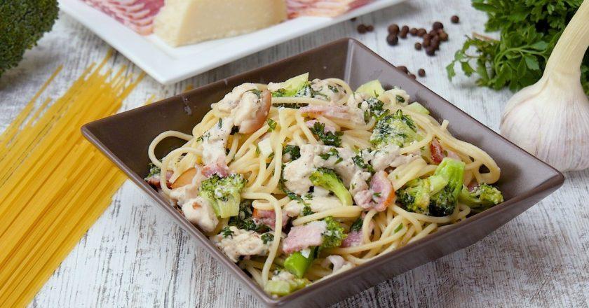 Спагетті з куркою і брокколі подивитися рецепт