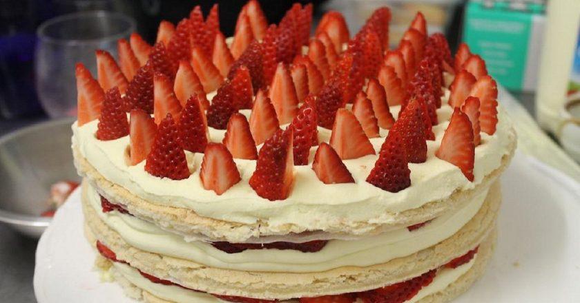 Полуничний торт подивитися рецепт