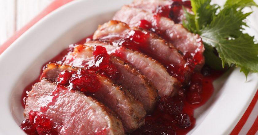 Качина грудка під ягідним соусом як приготувати, покрокові рецепти від «Це Смак»