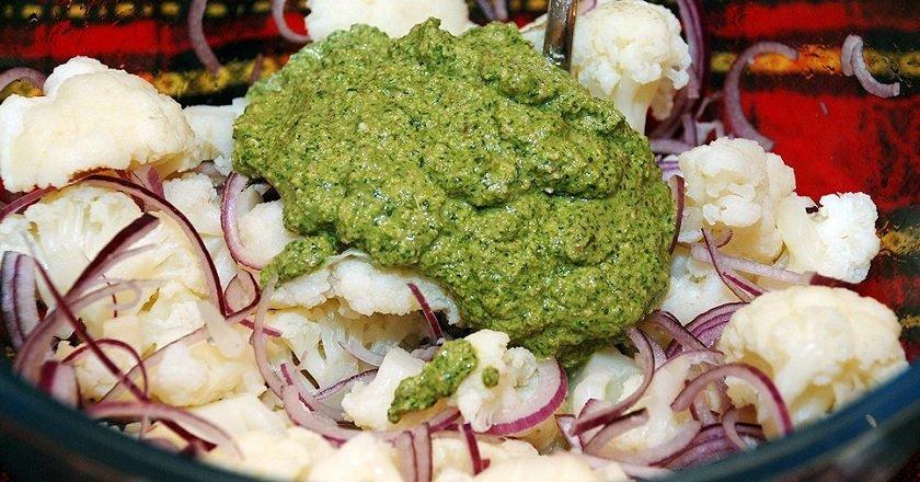 Салат з цвітної капусти з горіховою заправкою подивитися рецепт
