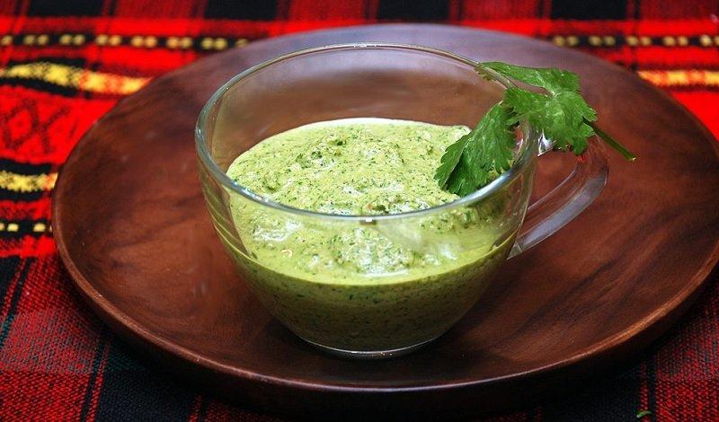 Салат з цвітної капусти з горіховою заправкою