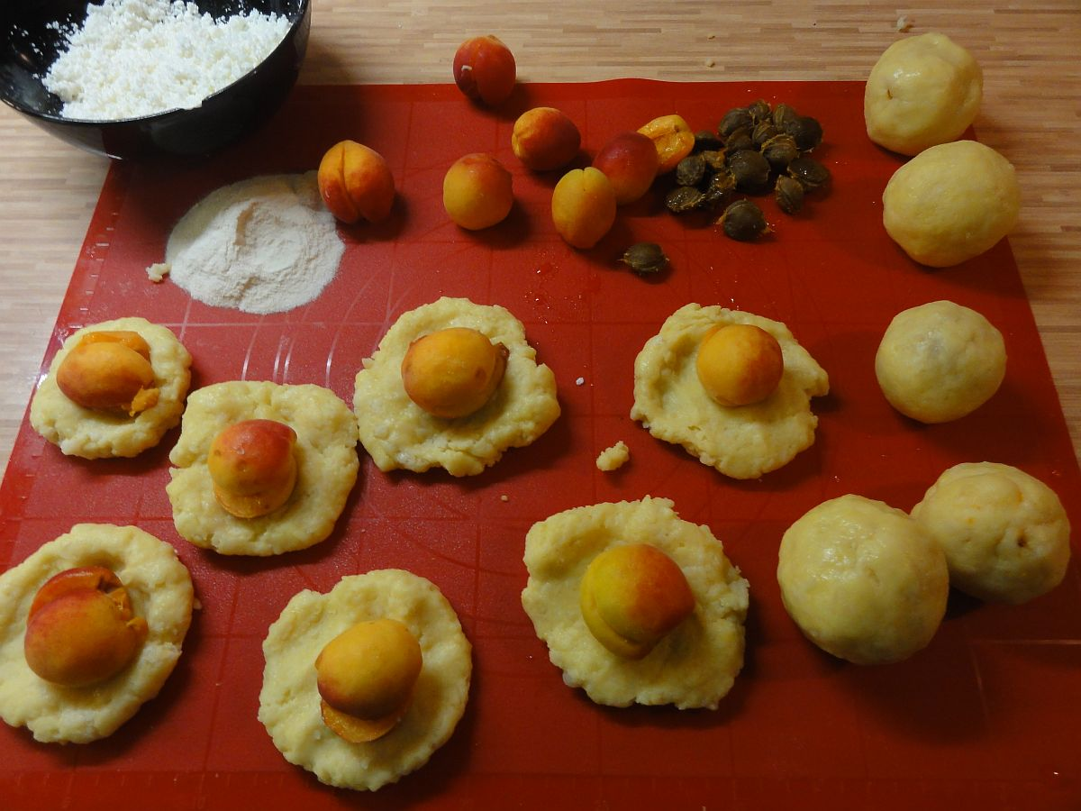 Кнедлики з абрикосами