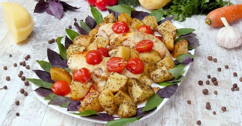 Курячі грудки з картоплею і помідорами
