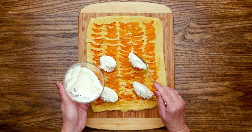Рулет з абрикосами подивитися рецепт