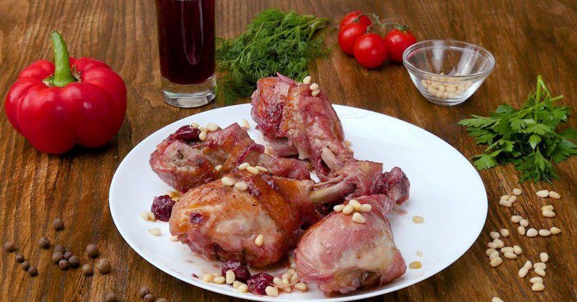 Курячі гомілки з вишнею як приготувати, покрокові рецепти від «Це Смак»
