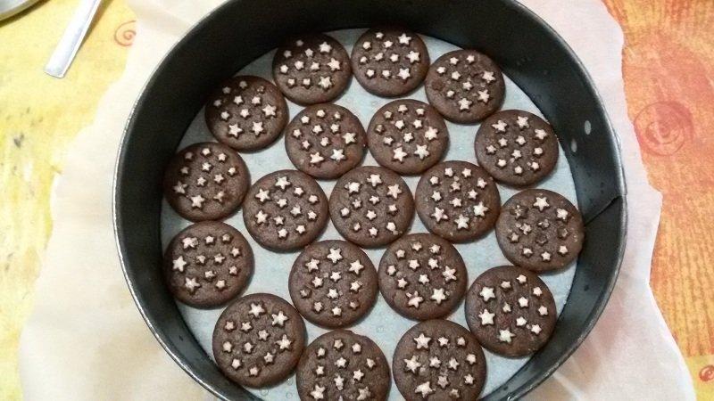 Торт з шоколадного печива
