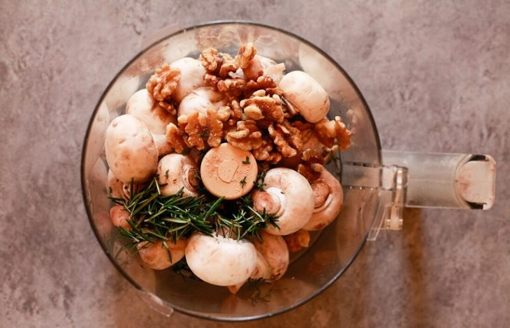 Рулет з листкового тіста з овочевою начинкою