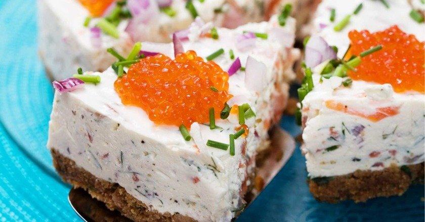 Закусочний торт з лососем подивитися рецепт