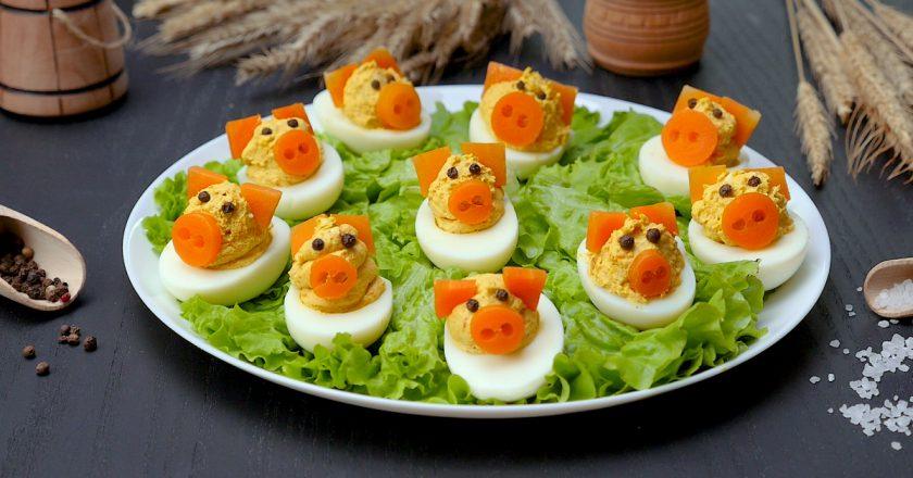 Як приготувати фаршировані яйця «Свинки» подивитися рецепт