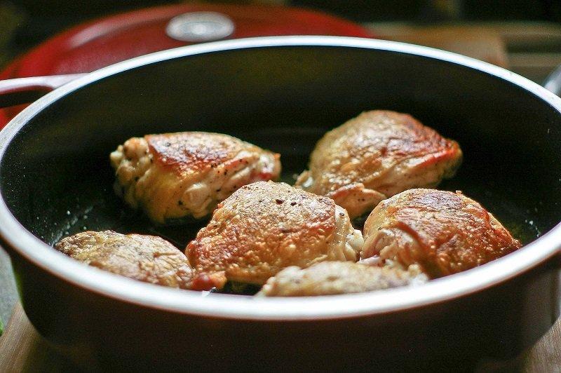 Курячі стегенця на сковороді