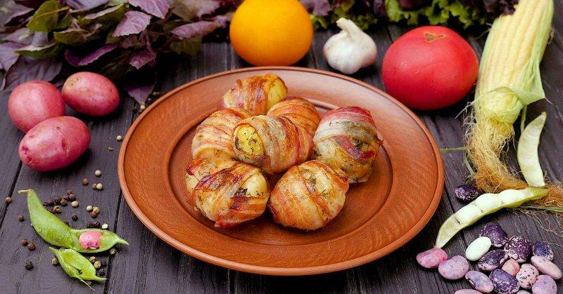 Картопля, запечена в беконі