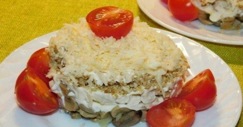 Багатошаровий салат з куркою та горіхами подивитися рецепт