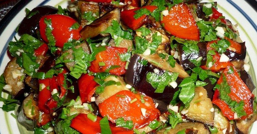 Теплий салат з овочів подивитися рецепт