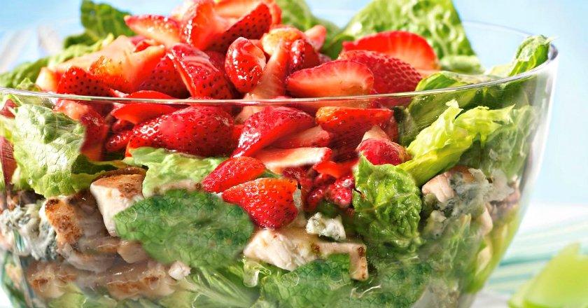 Салат з полуниці з куркою подивитися рецепт
