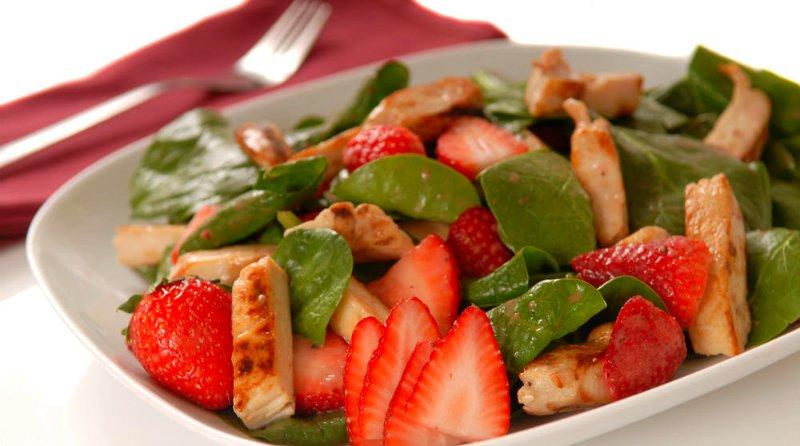 Салат з полуниці з куркою