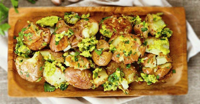 Молода картопля з соусом з авокадо подивитися рецепт