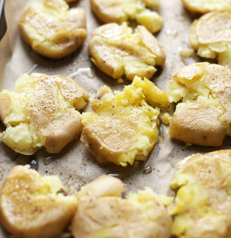 Молода картопля з соусом з авокадо