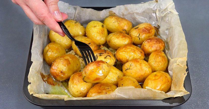 Запечена молода картопля подивитися рецепт