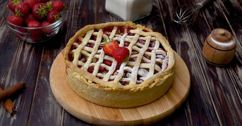 Як спекти пиріг з полуниці з ревенем подивитися рецепт
