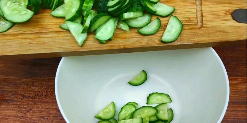 Салат з огірками і сиром