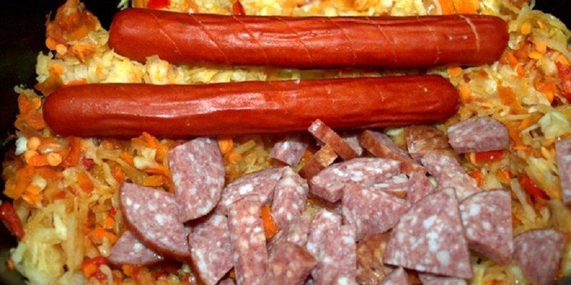 Капуста, тушкована з ковбасками