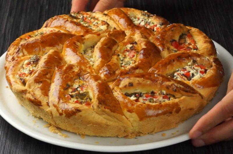 Відривний пиріг з сиром і овочами