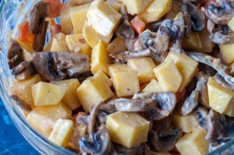 Картопля з куркою і грибами в духовці