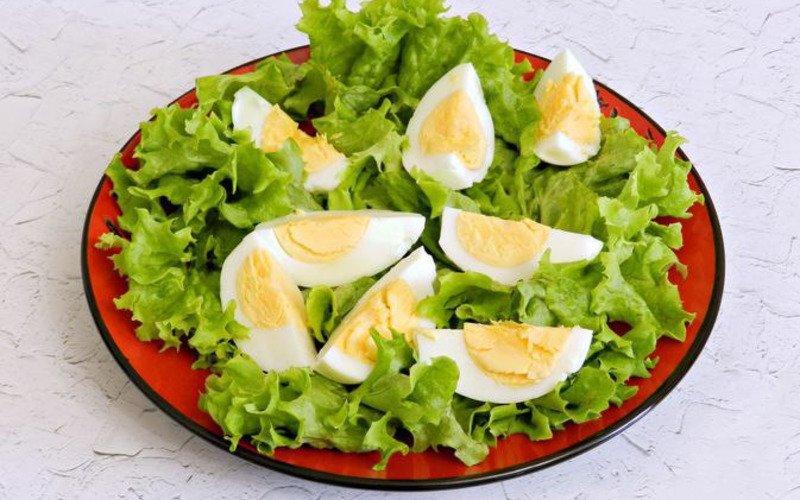 Салат з лососем і яйцем