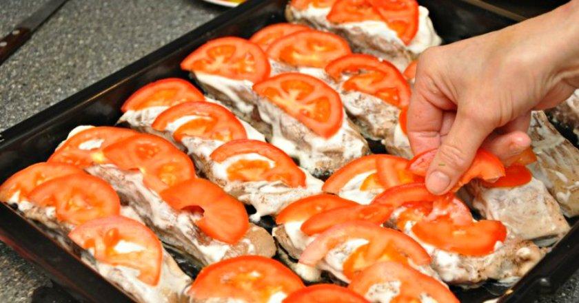 Товстолобик, запечений з помідорами подивитися рецепт