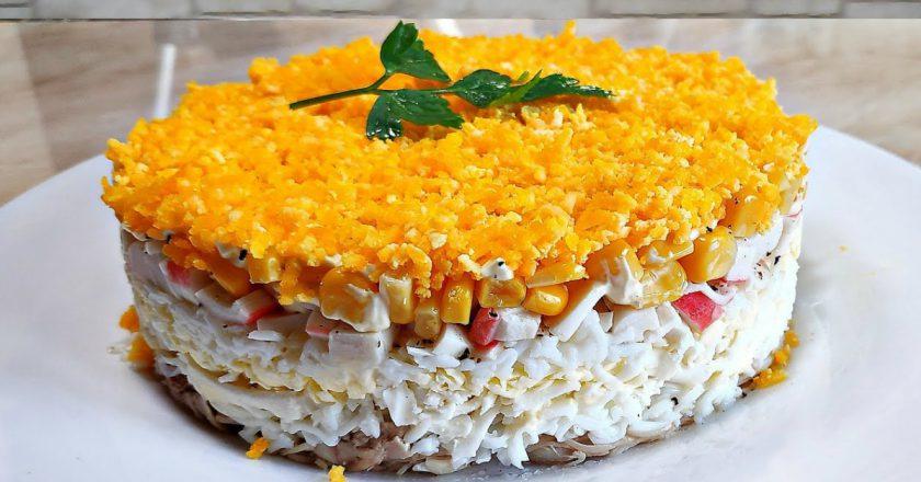 Багатошаровий салат з куркою і крабовими паличками подивитися рецепт