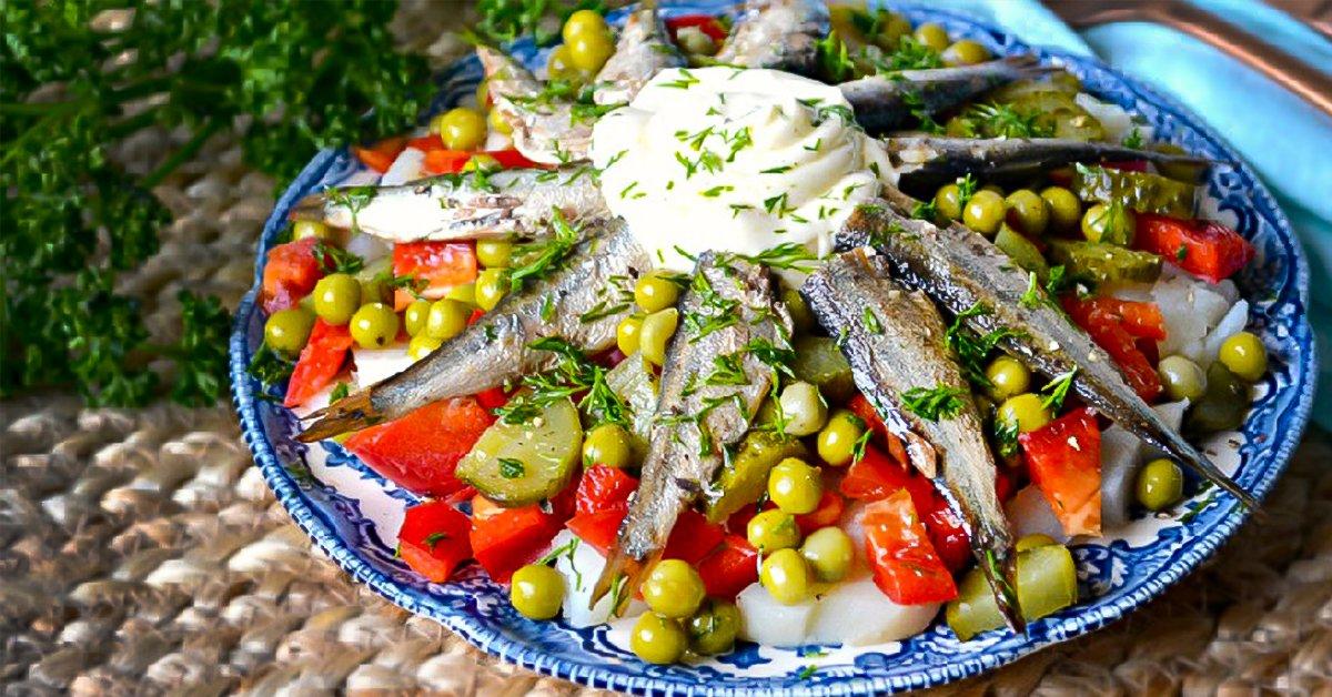 Салат зі шпротами і горошком