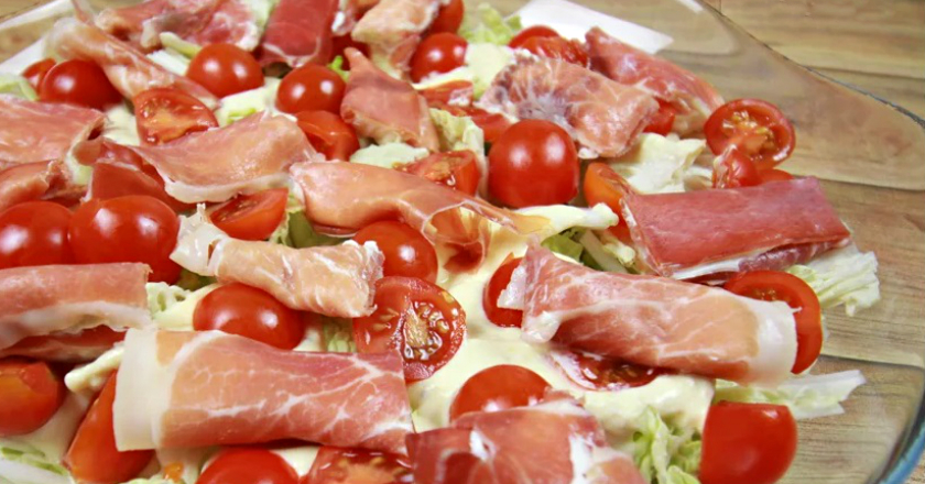 Салат з пекінської капусти з м'ясом і сиром подивитися рецепт