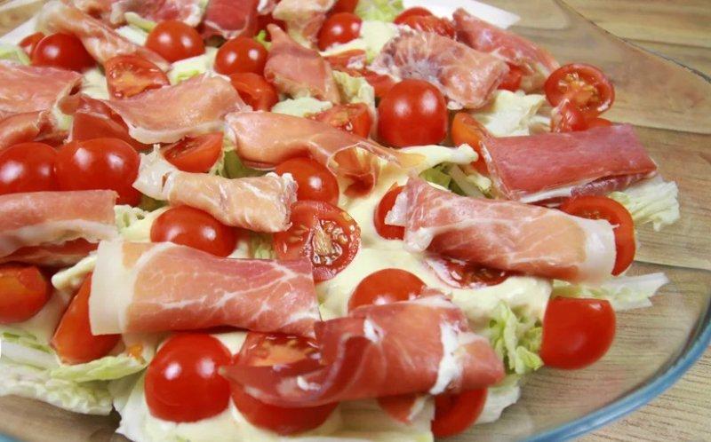Салат з пекінської капусти з м'ясом і сиром