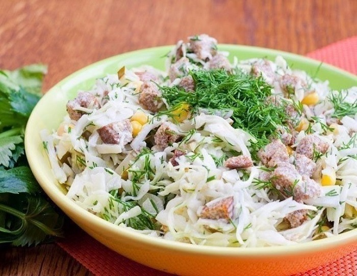 Салат з капустою і сухариками