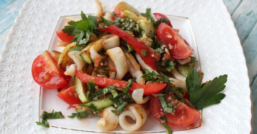 Салат з кальмарами і помідорами подивитися рецепт