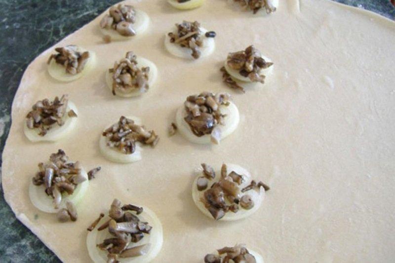 Пампушки з цибулею і грибами