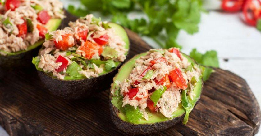 Салат з тунцем у човниках з авокадо подивитися рецепт