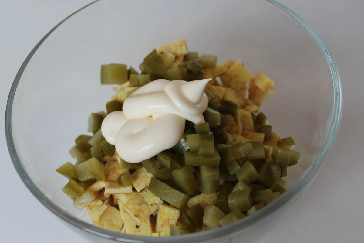 Салат з омлетом і огірками