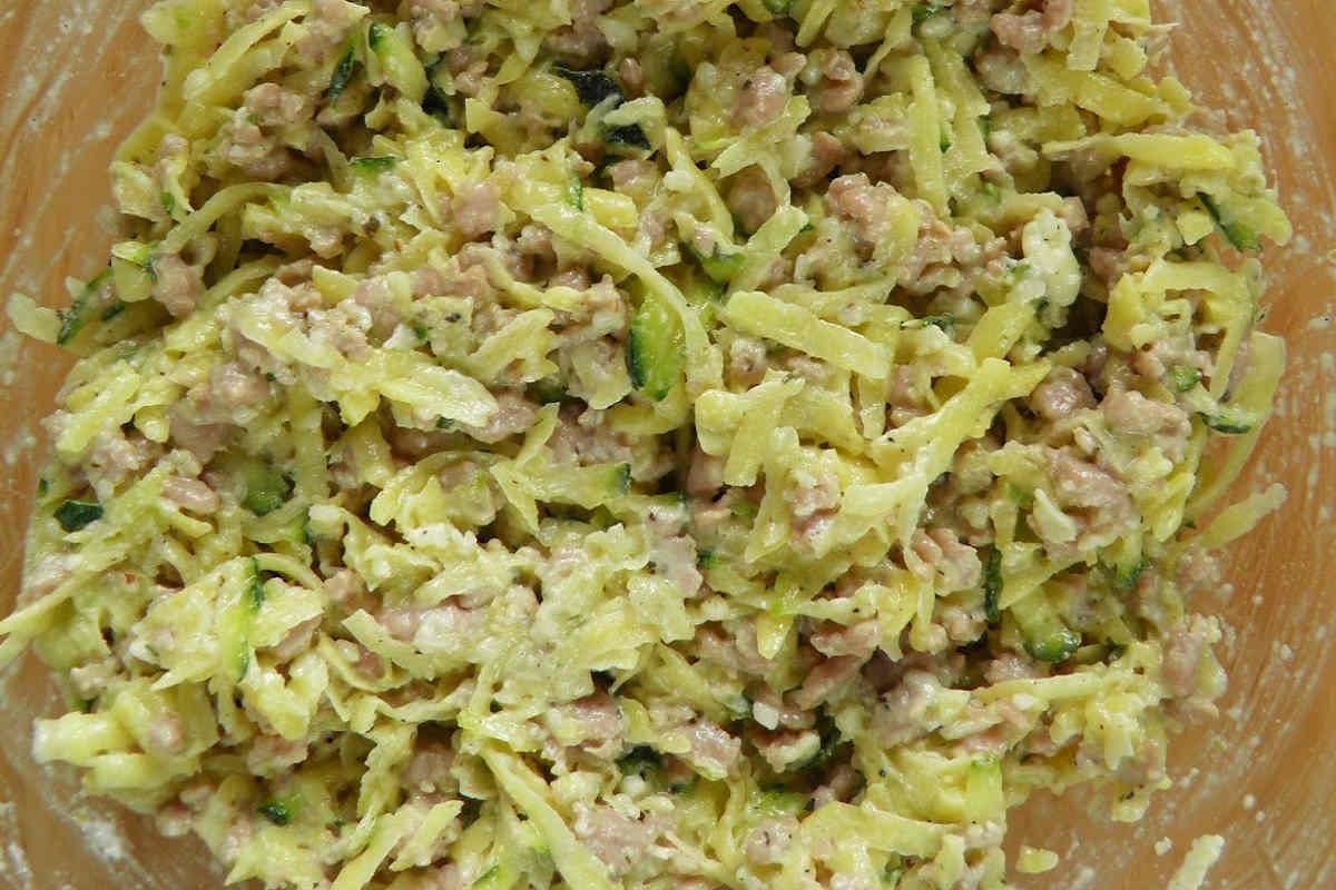 Картопляні оладки з кабачків і фаршем