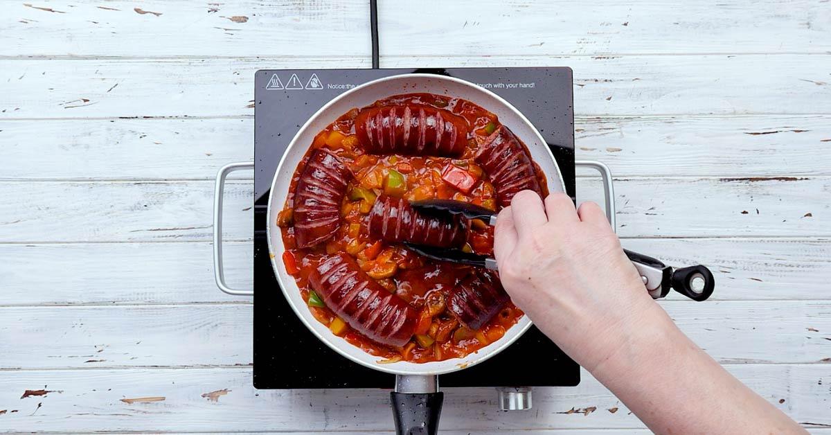 Селянська сковорода з ковбасою і овочами