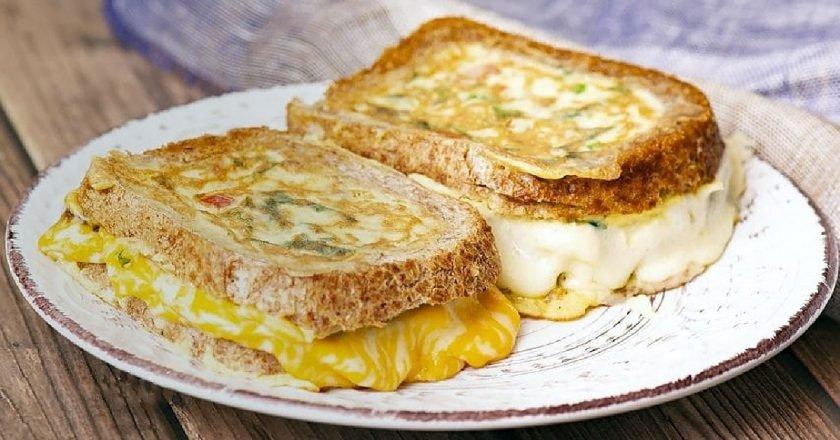 Ситний омлет в хлібі з сиром моцарелла подивитися рецепт